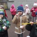 Zabawy na szkolnym boisku (4)
