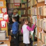 W bibliotece ucz. klasy IIIa z p. Bibliotekarką Eweliną Budych