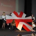 Taniec z flagami - występ uczennic SP2 podczas VI PPPP